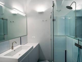 casa al mare a Sperlonga Bagno moderno di laboratorio di architettura - gianfranco mangiarotti Moderno