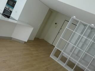 Remodelação de um apartamento T1 na foz do Porto: Corredores e halls de entrada  por Davide Domingues Arquitecto