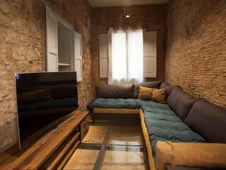 Reforma en el barrio Gótico Estudios y despachos de estilo moderno de Isa de Luca Moderno