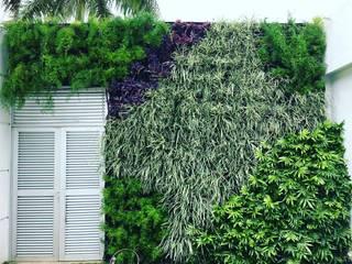 Jardin vertical residencial: Jardines de estilo  por ecoexteriores