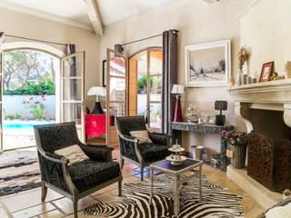 Salon noir éclectique en Provence : décalage:  de style  par Votre Décoratrice