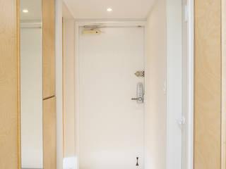 Modern Corridor, Hallway and Staircase by 플레이디자인 Modern