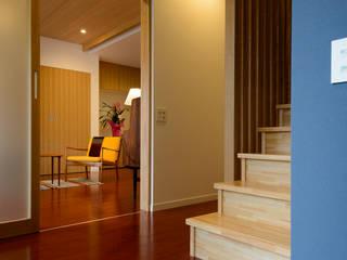 Pasillos, vestíbulos y escaleras de estilo escandinavo de 風景のある家.LLC Escandinavo
