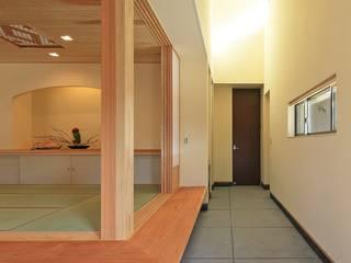 杜の癒しの家: ing-環境設計室が手掛けた廊下 & 玄関です。,