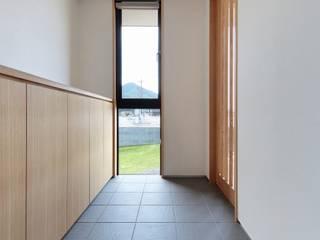 隨意取材風玄關、階梯與走廊 根據 TEKTON | テクトン建築設計事務所 隨意取材風