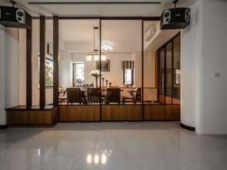 Sala da pranzo moderna di 木豐家居設計中心 Moderno