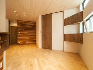 青崎東の家: 株式会社かんくう建築デザインが手掛けたリビングです。