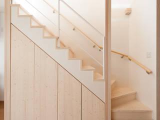 階段下収納: 株式会社かんくう建築デザインが手掛けた廊下 & 玄関です。