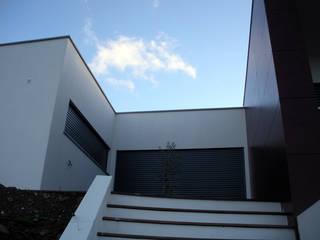 Casa Avessada por a+arquitectura Moderno