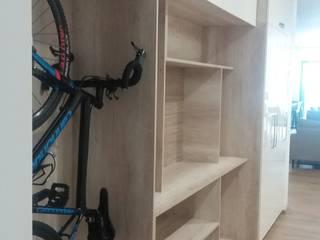 Mueble de acceso con espacio de bicicletas:  de estilo  por VIVE arquitectura