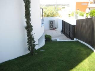 Moradia Habitacional T4 : Jardins modernos por Construções Eugénio Rosa, Lda