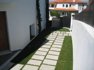 Moradia Habitacional T4 : Jardins  por Construções Eugénio Rosa, Lda