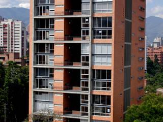 Casas modernas: Ideas, imágenes y decoración de ARQUITECTOS URBANISTAS A+U Moderno