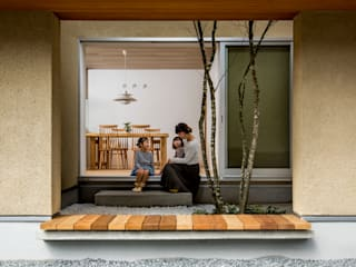 de HEARTH ARCHITECTS/ハース建築設計事務所 Moderno Madera Acabado en madera