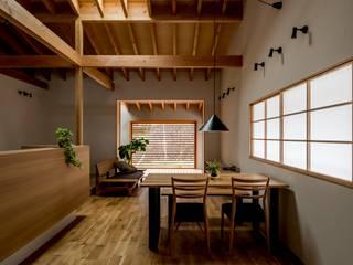 Salon moderne par HEARTH ARCHITECTS/ハース建築設計事務所 Moderne