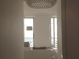 Appartement promenade des anglais: Couloir et hall d'entrée de style  par Architecture interieure Laure Toury