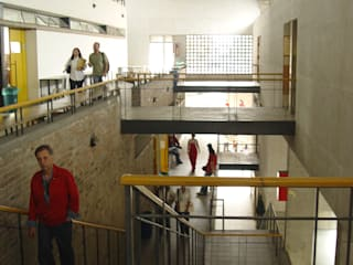 Facultad Arquitectura Universidad Pontificia Bolivariana Pasillos, vestíbulos y escaleras de estilo moderno de ARQUITECTOS URBANISTAS A+U Moderno