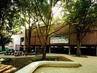 Facultad Arquitectura Universidad Pontificia Bolivariana Estudios y despachos de estilo moderno de ARQUITECTOS URBANISTAS A+U Moderno