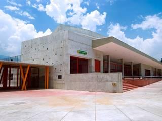 Gimnasios domésticos modernos: Ideas, imágenes y decoración de ARQUITECTOS URBANISTAS A+U Moderno