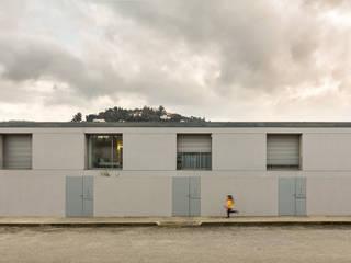 doze casas por murmuro Moderno