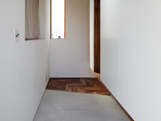 *studio LOOP 建築設計事務所 Modern Corridor, Hallway and Staircase