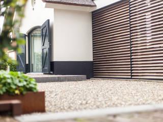 Glazen verbinding met zonwering:  Huizen door Bob Romijnders Architectuur & Interieur