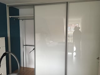 Einbauschrank mit Schiebetüren mit Glasfüllung Weiß: moderne Schlafzimmer von Schrankprojekt GmbH