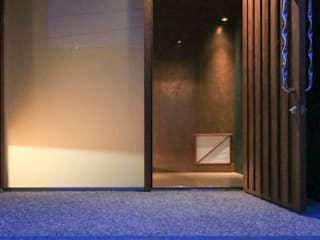 yougo m house: 髙岡建築研究室が手掛けた廊下 & 玄関です。,モダン
