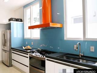 VR6 HOUSE - Interior Design: Armários e bancadas de cozinha  por VITOR FERNANDO Architecture