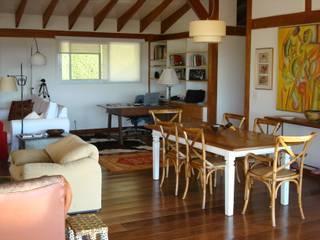 Casa de fazenda: Salas de estar  por Angelucci Arquitetura,Moderno