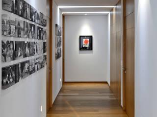 Di Vece Arquitectos Minimalist corridor, hallway & stairs
