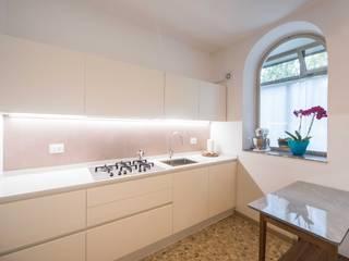 Cucina : Cucina attrezzata in stile  di PADIGLIONE B