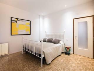 Camera matrimoniale: Camera da letto in stile  di PADIGLIONE B