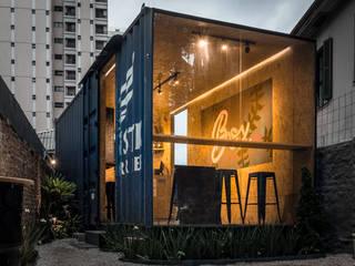 Box St. - Restaurante em container: Espaços gastronômicos  por Estúdio HAA!,Industrial