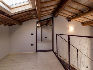soppalco: Soggiorno in stile  di Bartolucci Architetti
