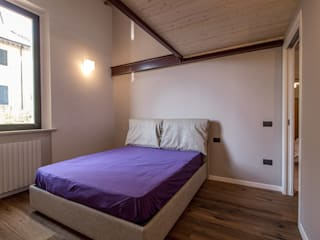 soppalco: Camera da letto in stile  di Bartolucci Architetti