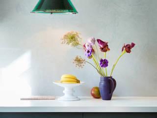 Keuken met Marrkech Walls Polar Blue en Traditional Paint lak op waterbasis in de kleur Black Hills:  Keuken door Pure & Original