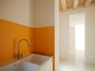 Cucina: Cucina in stile in stile Minimalista di APA architettura