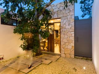 Riad Lluvia Puertas estilo mediterráneo de Cetina y Ancona Arquitectos Mediterráneo
