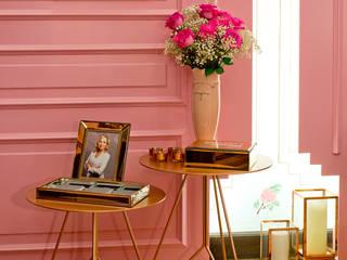 Suite Lovers: quarto e banheiro do casal: Quartos  por studio d'design by' laura gransotto,Clássico