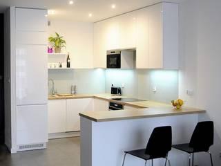 Kuchnia - Biały połysk z blatem dąb arlington: styl , w kategorii Kuchnia zaprojektowany przez Producent Mebli Szaman