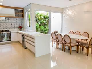 Cozinha Branca e Madeira: Cozinhas  por Isa Ramoni Arquitetura