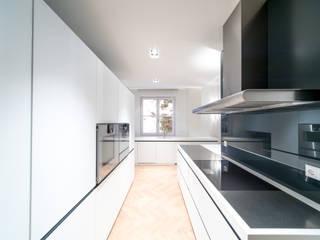 Modern Kitchen by UNA plant Modern
