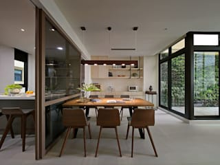 Salle à manger moderne par 楊允幀空間設計 Moderne