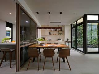 Salas de jantar modernas por 楊允幀空間設計 Moderno