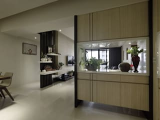 Couloir, entrée, escaliers asiatiques par 楊允幀空間設計 Asiatique