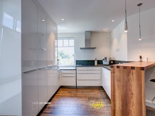 Penthouse - Lichtplanung und Kooperation mit RaumKonzept Lichtja Licht und mehr GmbH Moderne Küchen Weiß