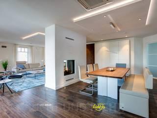 Penthouse - Lichtplanung und Kooperation mit RaumKonzept Lichtja Licht und mehr GmbH Moderne Esszimmer Holz