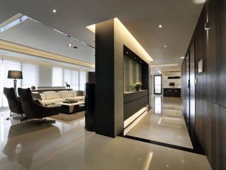 Modern corridor, hallway & stairs by 楊允幀空間設計 Modern
