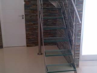 Escalera de Acero Inoxidable y Vidrio. Pasillos, vestíbulos y escaleras clásicas de sumaestructuras.com Clásico